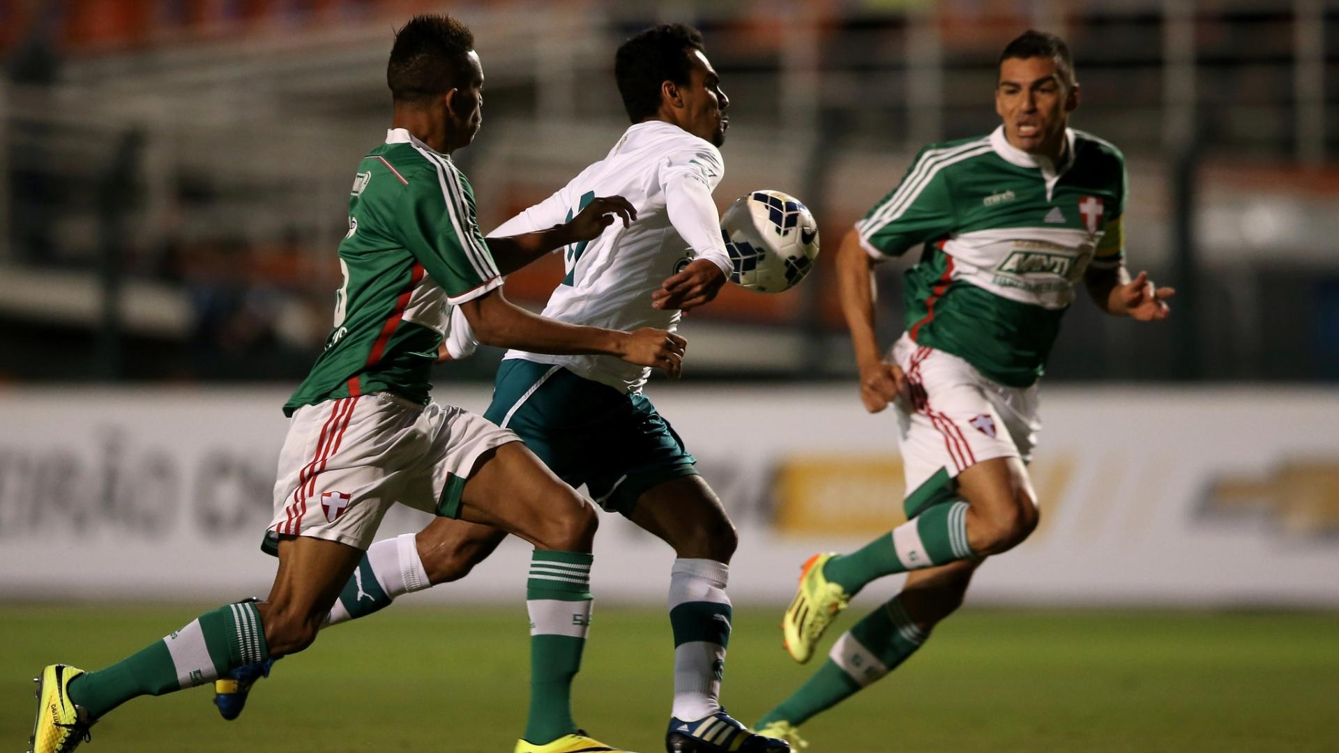 10.05.14 - Araújo tenta superar Matheus e Lúcio na partida entre Palmeiras e Goiás