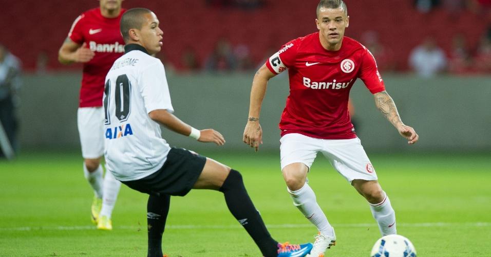 10.05.14 - D'Alessandro encara Marcos Guilherme no jogo entre Inter e Atlético-PR
