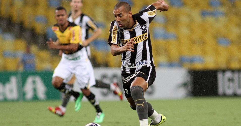 10.05.14 - Emerson Sheik avança para o ataque na partida com o Criciúma
