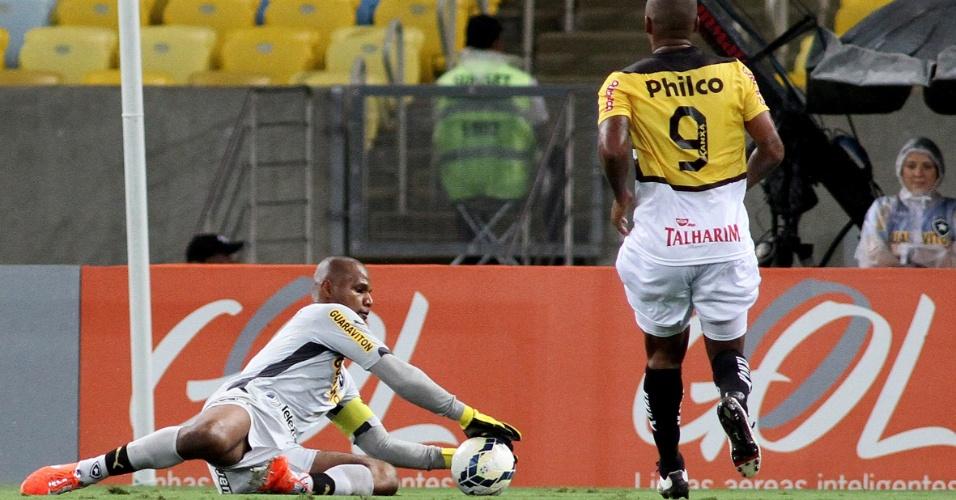 10.05.14 - Jefferson, do Botafogo, segura bola e evita avanço do Criciúma