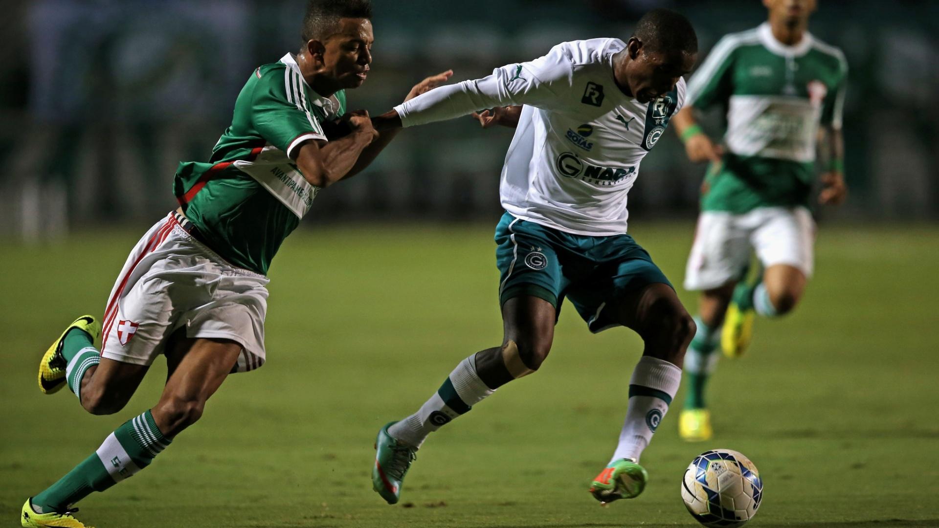 10.05.14 - Matheus tenta tirar a bola de Thiago Mendes, do Goiás, durante a vitória do Palmeiras