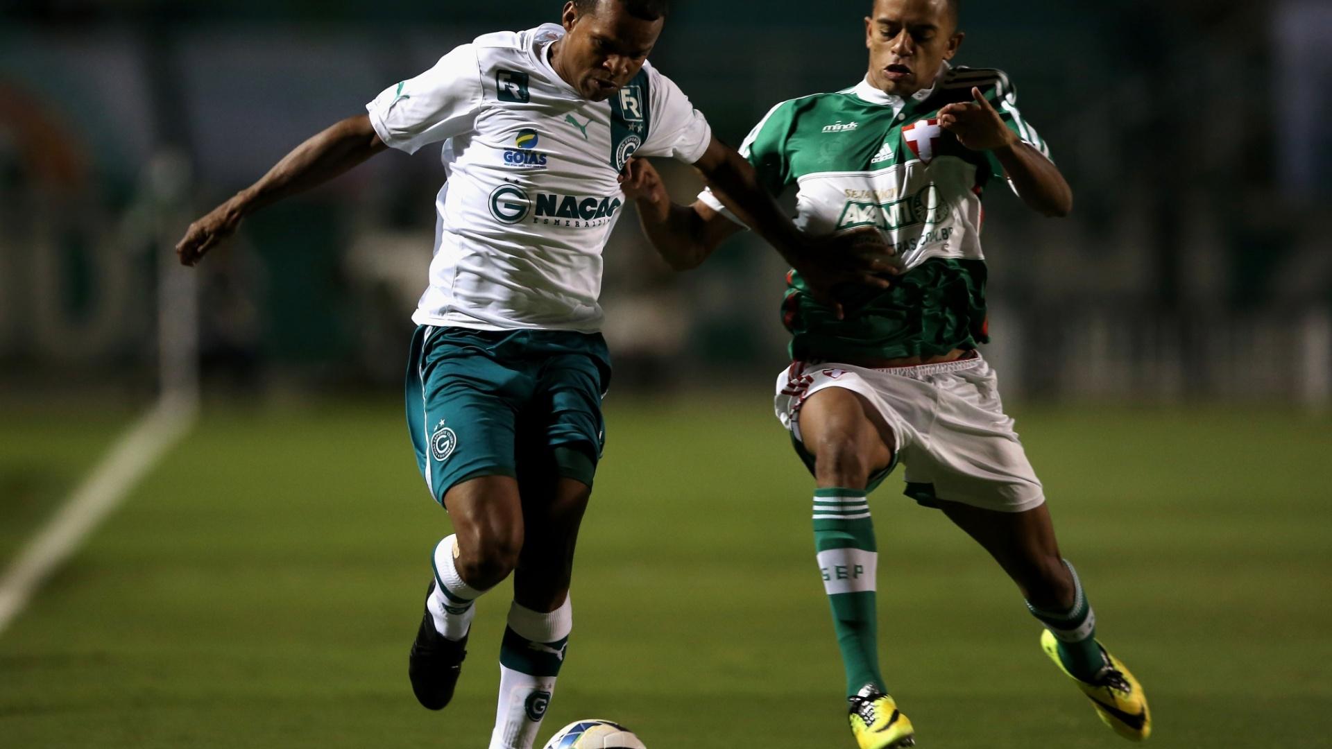 10.05.14 - Vitor, do Goiás, leva a bola enquanto é marcado por Matheus, do Palmeiras