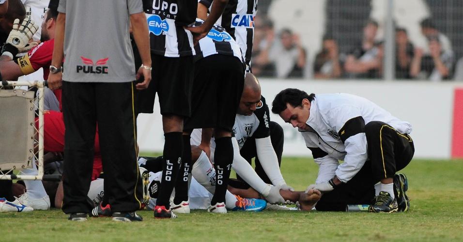 10.05.14 - Volante Fernando Bob, da Ponte Preta, é atendido após sofrer grave lesão no jogo com o ABC