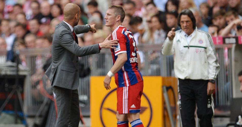 569e5a8644 10.05.2014 - Bastian Schweinsteiger conversa com o técnico Pep Guardiola  após ser substituído ainda