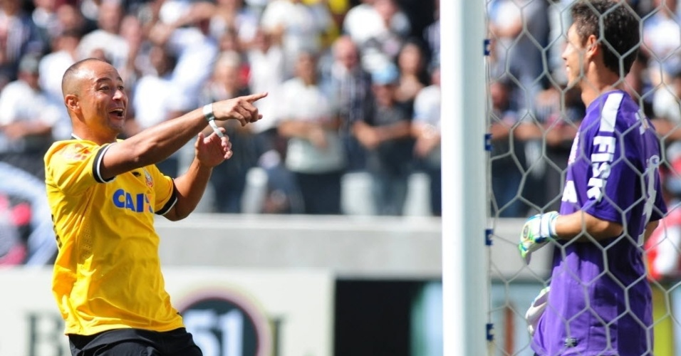 10.mai.2014 - Atacante Fernando Baiano tira sarro do goleiro após marcar