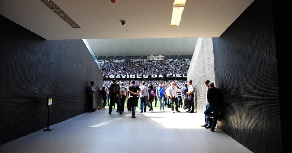10.mai.2014 - Detalhe do túnel que dá acesso ao gramado do Itaquerão