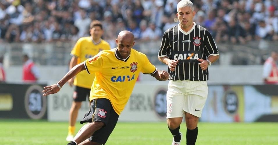 10.mai.2014 - Ewerthon e Ricardinho, ambos ex-Corinthians, participam de partida da inauguração do Itaquerão