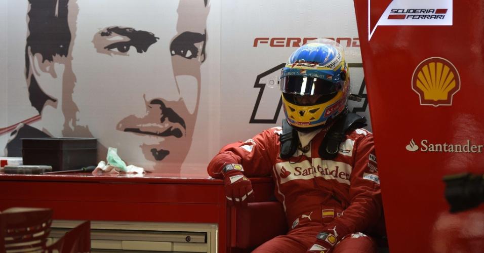 10.mai.2014 - Fernando Alonso relaxa no box da Ferrari antes do treino de classificação do GP da Espanha
