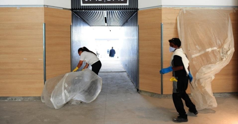 10.mai.2014 - Funcionárias trabalham no Itaquerão durante segundo evento-teste no local