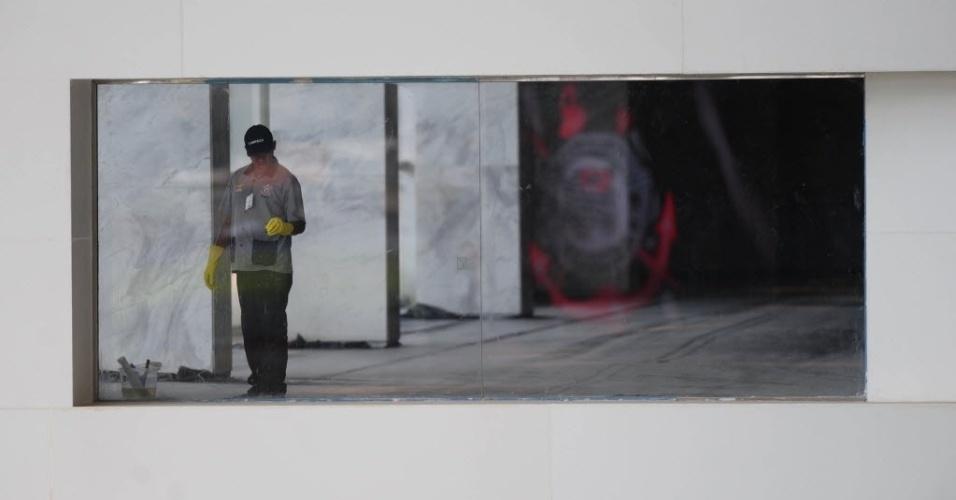 10.mai.2014 - Funcionário limpa vidros do Itaquerão durante evento-teste que reuniu mais de 100 ex-jogadores do clube