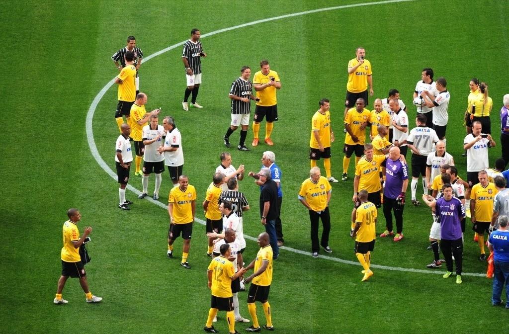 10.mai.2014 - Mais de 100 ex-jogadores que fizeram história com a camisa do Corinthians participam de evento-teste que inaugura o Itaquerão
