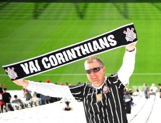 10.mai.2014 - Torcedor mostra faixa durante evento no Itaquerão que reuniu mais de 100 ex-jogadores do clube