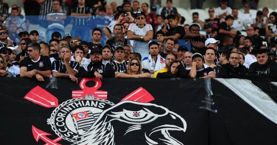 10.mai.2014 - Torcedores assistem às partidas dos veteranos do Corinthians no Itaquerão