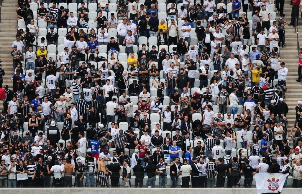 10.mai.2014 - Torcedores do Corinthians fazem a festa durante evento-teste no Itaquerão neste sábado