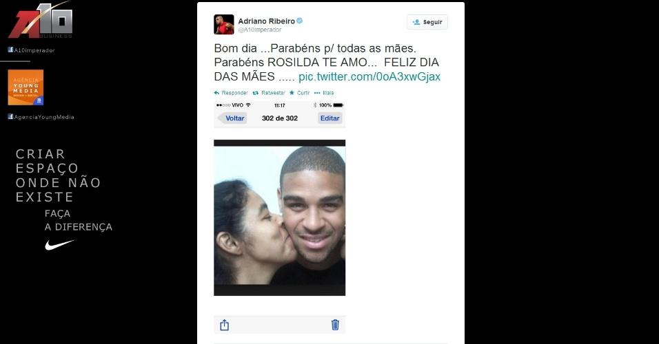 11.mai.2014 - Atacante Adriano deseja parabéns para todas as mães, incluindo a sua