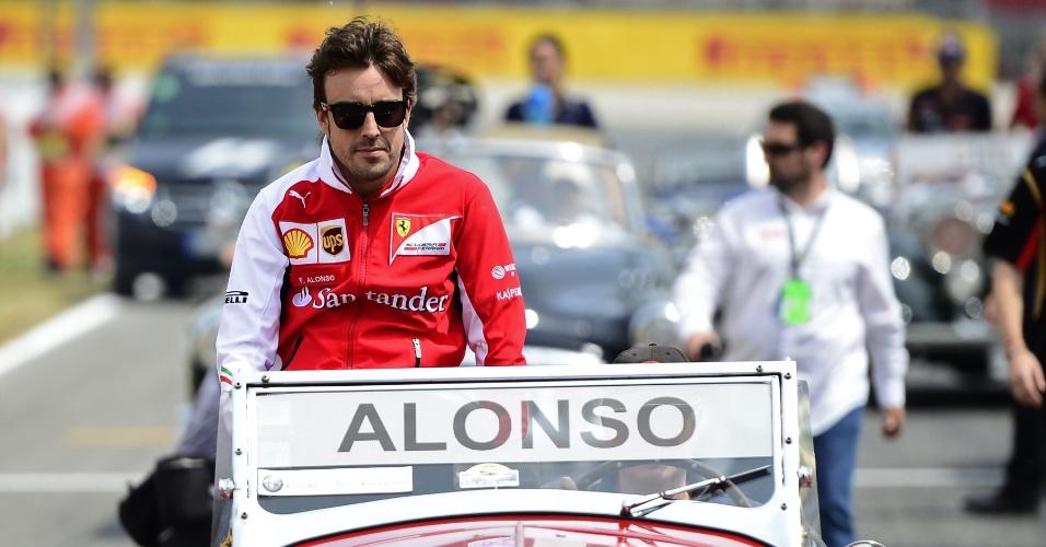 11.mai.2014 - Fernando Alonso participa do tradicional desfile de carros antigos antes da largada do GP da Espanha