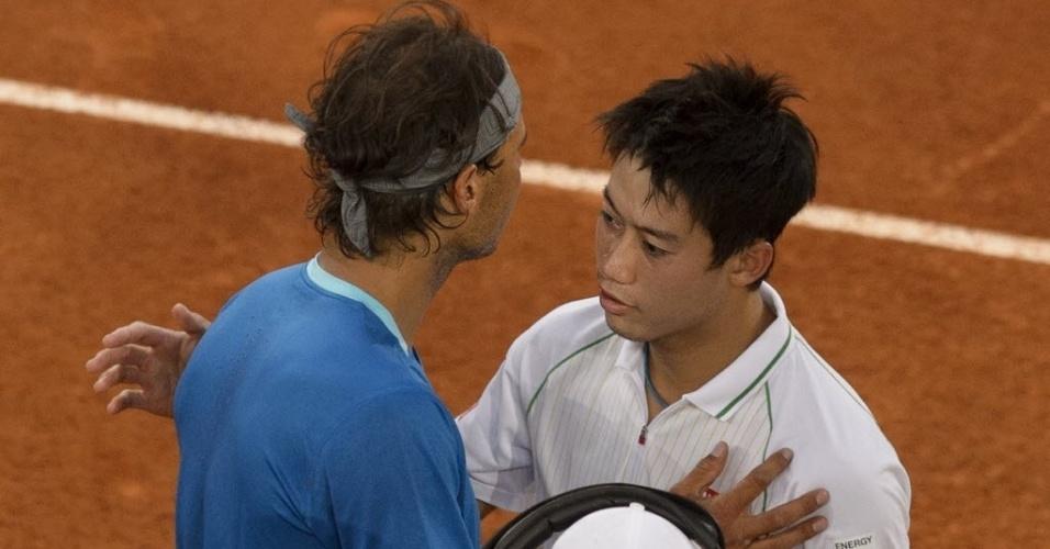 11.mai.2014 - Rafael Nadal abraça Kei Nishikori após o japonês anunciar que desistia da final de Madri por lesão