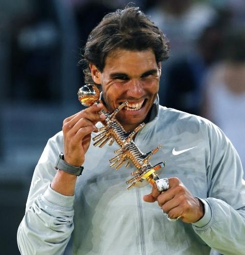 11.mai.2014 - Rafael Nadal morde o troféu do Masters 1000 de Madri