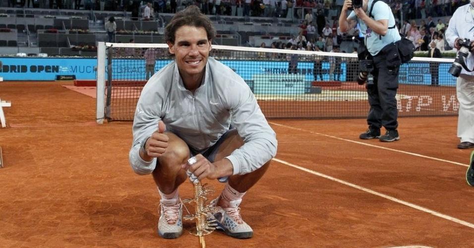11.mai.2014 - Rafael Nadal posa com o troféu de Madri, conquistado após desistência de Kei Nishikori