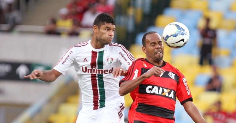 11.maio.2014 - O zagueiro Gum, do Fluminense, disputa bola aérea com o atacante Alecsandro, do Flamengo