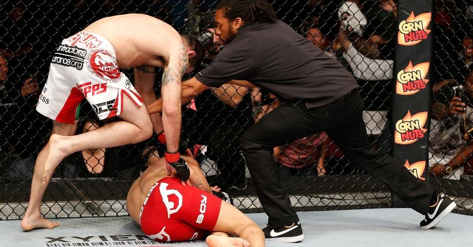 Árbitro interrompe a luta após Erick Silva ser bastante castigado por Matt Brown; brasileiro deixou o octógono do UFC de Cincinatti de maca