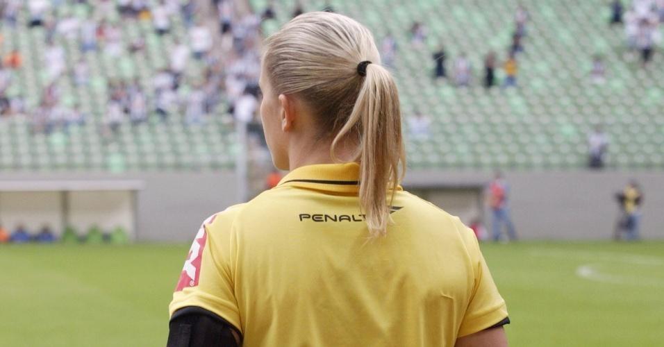 Bandeirinha Fernanda Colombo Uliana atua na partida entre Atlético-MG e Cruzeiro - 11.05.14
