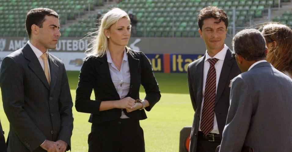 Bandeirinha Fernanda Colombo Uliana se prepara para atuar na partida entre Atlético-MG e Cruzeiro - 11.05.14