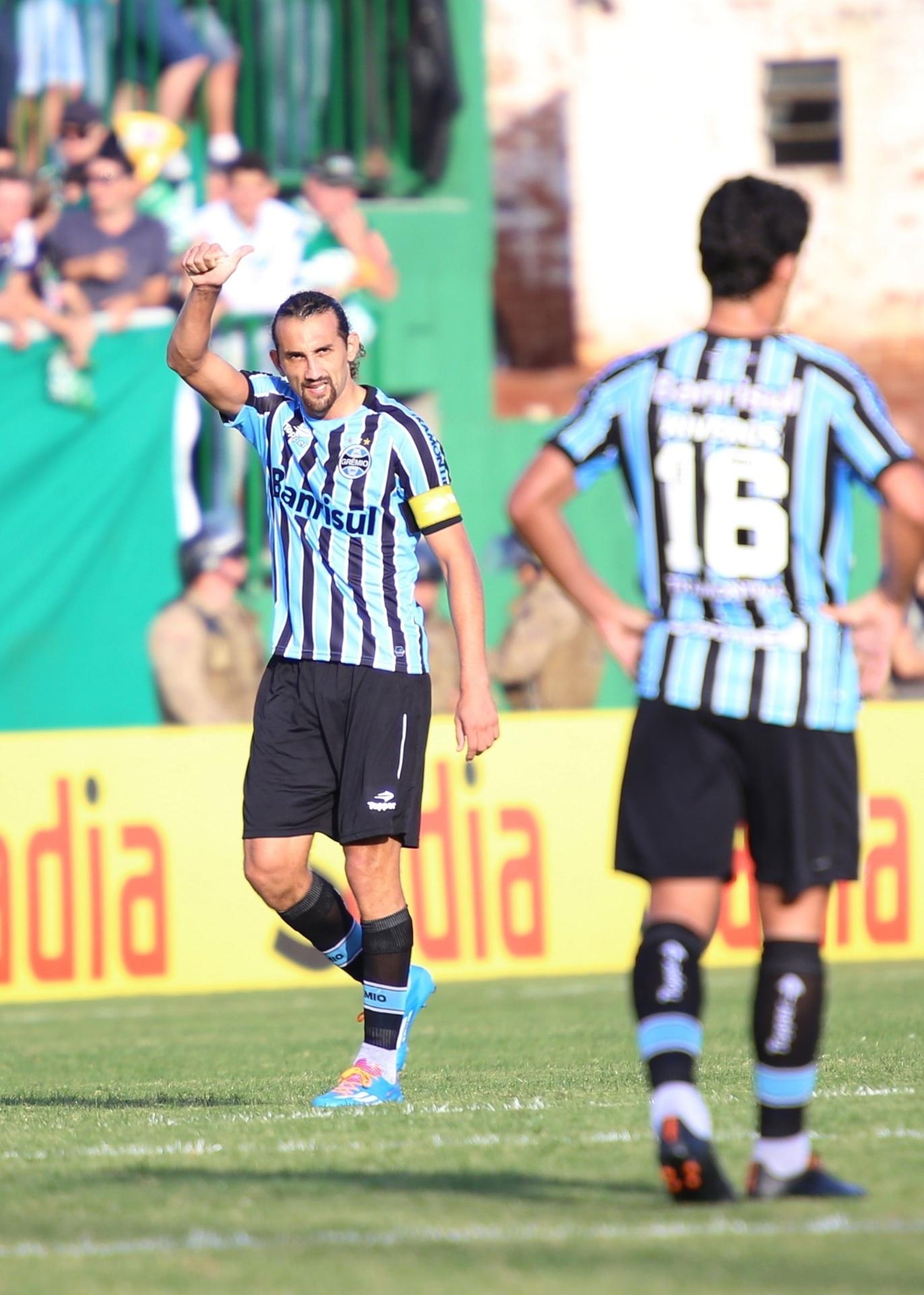Barcos cumprimenta companheiros do Grêmio depois de marcar o primeiro gol contra a Chapecoense - 11.05.14
