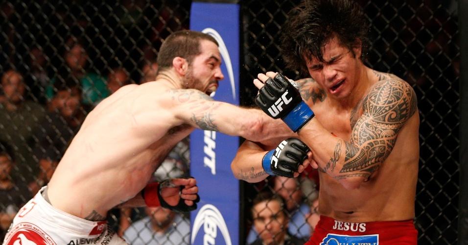 Brasileiro Erick Silva leva duro golpe no rosto durante a sua derrota para Matt Brown no UFC de Cincinatti