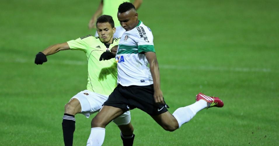 Jajá, do Coritiba, se livra de Renê, do Sport, durante o jogo da quarta rodada do Brasileirão - 11.05.14