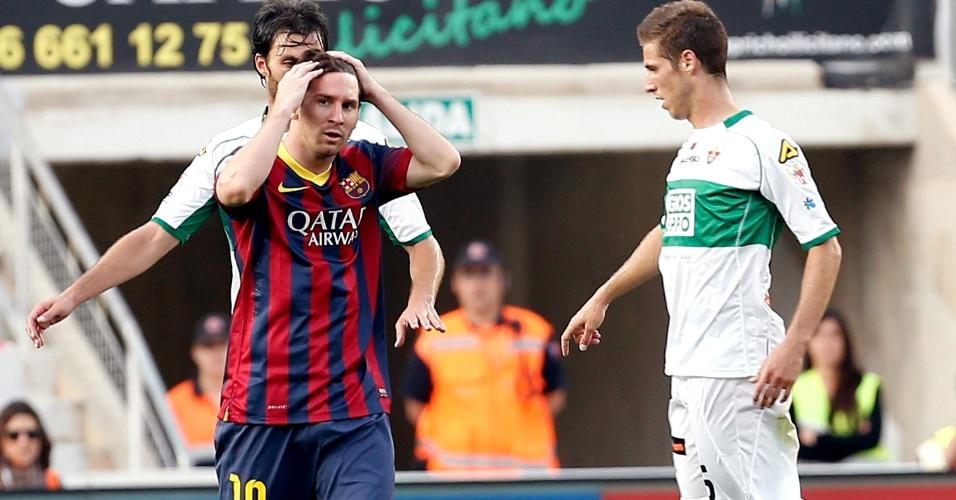 Lionel Messi leva as mãos à cabeça após perder boa chance de gol para o Barcelona em partida contra o Elche
