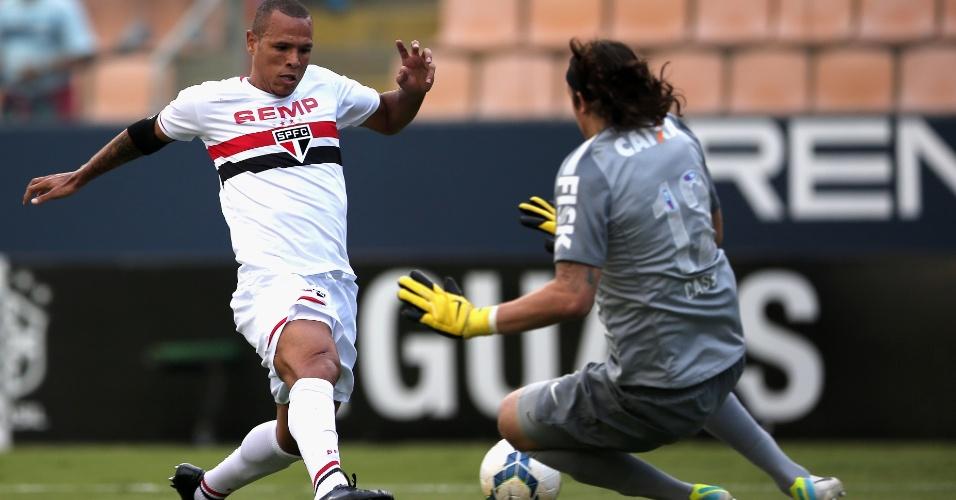 Luis Fabiano tenta superar Cássio; atacante marcou o gol de empate do São Paulo contra o Corinthians - 11.05.14