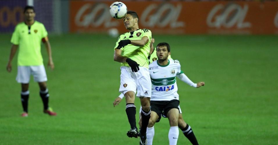 Renê, do Sport, mata a bola de cabeça, observado por Norberto, do Coritiba