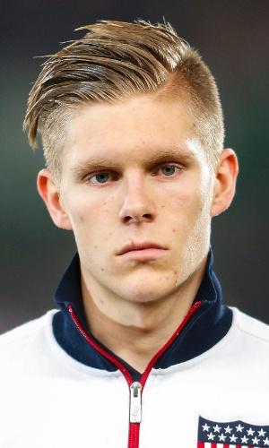 20.nov.2013 - Aron Johansson, dos EUA, se perfila antes do amistoso contra a Áustria em Viena