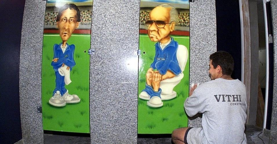 Em sua boate na época, Café do Gol, Romário ironizou o então técnico da seleção, Zagallo, e o coordenador Zico ao colocá-los em fotos na porta do banheiro