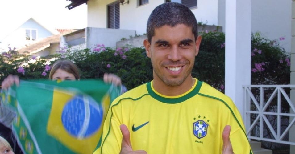 Emerson deu lugar a Ricardinho, que logo que recebeu a notícia vestiu a camisa da seleção e comemorou