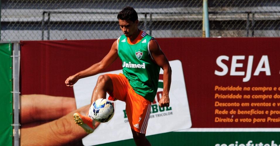 Jean domina bola durante treino do Fluminense nas Laranjeiras