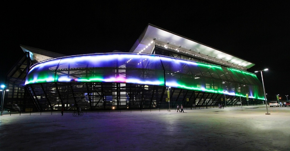 14.mai.2014 - Arena Pantanal passa por testes de iluminação externa antes de primeira partida oficial do estádio