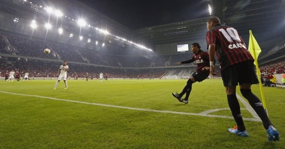 14.mai.2014 - Atlético-PR cobra escanteio no amistoso contra o Corinthians na inauguração oficial da Arena da Baixada. O time paulista venceu por 2 a 1