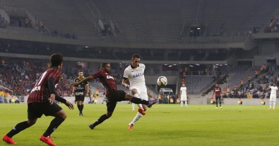 14.mai.2014 - Autor do segundo gol do Corinthians, Renato Augusto divide a bola na Arena da Baixada durante amistoso