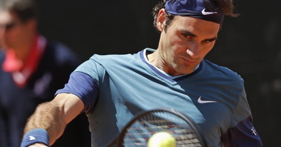 14.mai.2014 - Federer rebate bola de Jeremy Chardy em partida pelo Masters 1000 de Roma