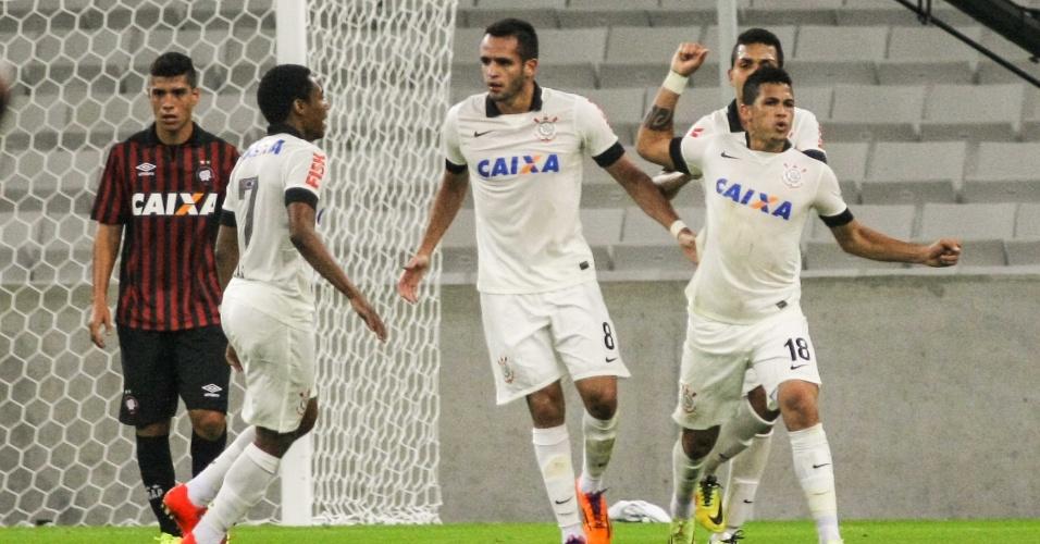 14.mai.2014 - Luciano, do Corinthians, comemora o primeiro gol da equipe na partida contra o Atlético-PR, na Arena da Baixada