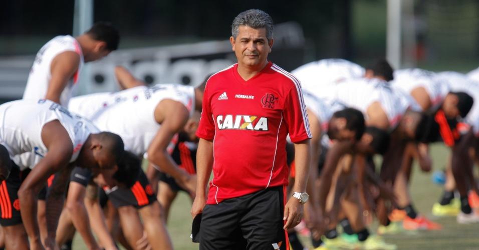 14.mai.2014 - Ney Franco comanda o primeiro treino em sua volta ao Flamengo