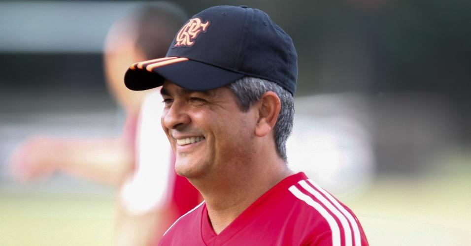 14.mai.2014 - Ney Franco sorri em seu primeiro treinamento na volta ao Flamengo