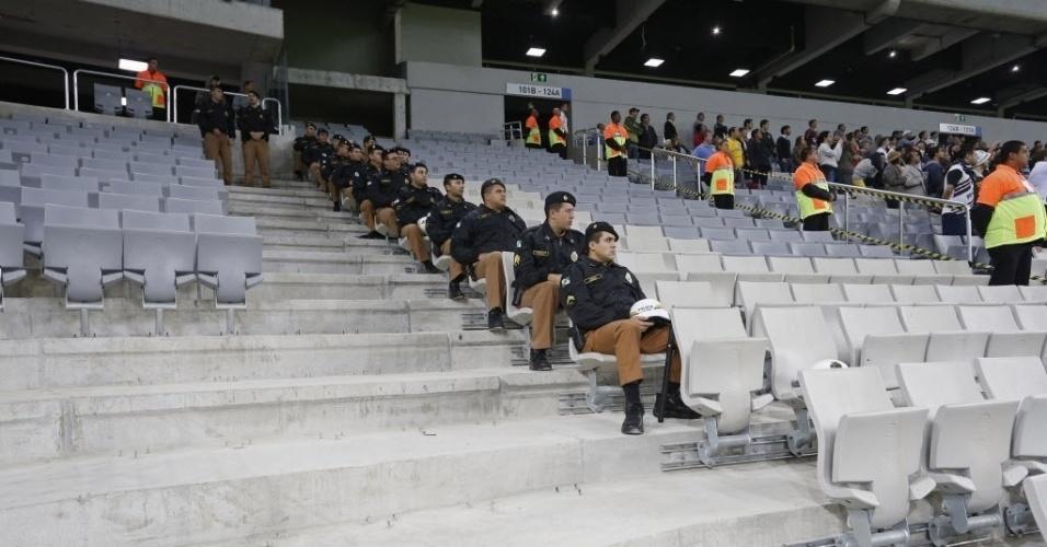 14.mai.2014 - Policiais assistem ao amistoso entre Atlético-PR e Corinthians, na reestreia da Arena da Baixada