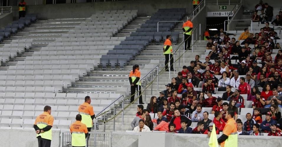 14.mai.2014 - Torcedores do Atlético-PR comparecem à reinauguração da Arena da Baixada. O Corinthians venceu o amistoso por 2 a 1