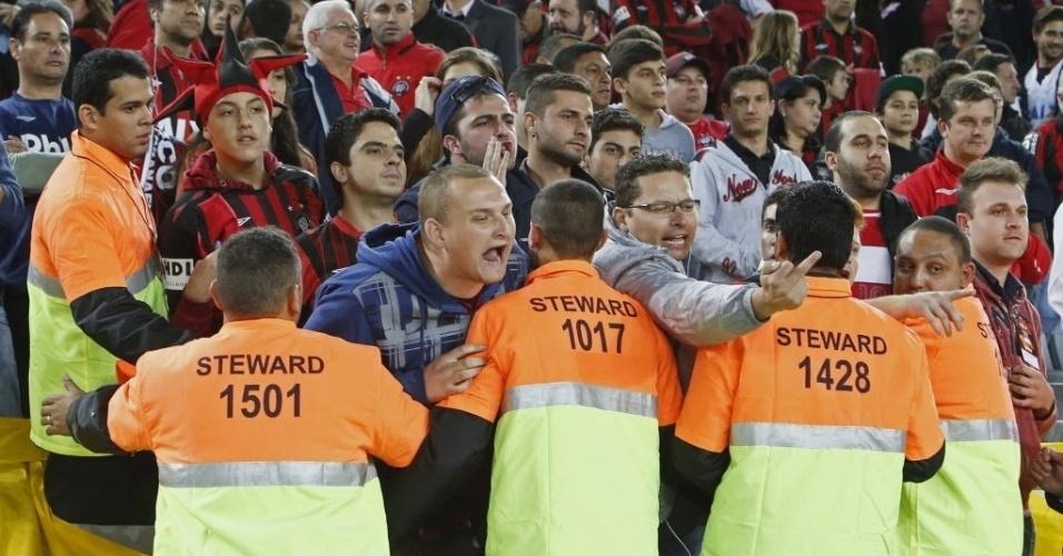 14.mai.2014 - Torcedores do Atlético-PR protestam durante o amistoso contra o Corinthians, na inauguração oficial da Arena da Baixada