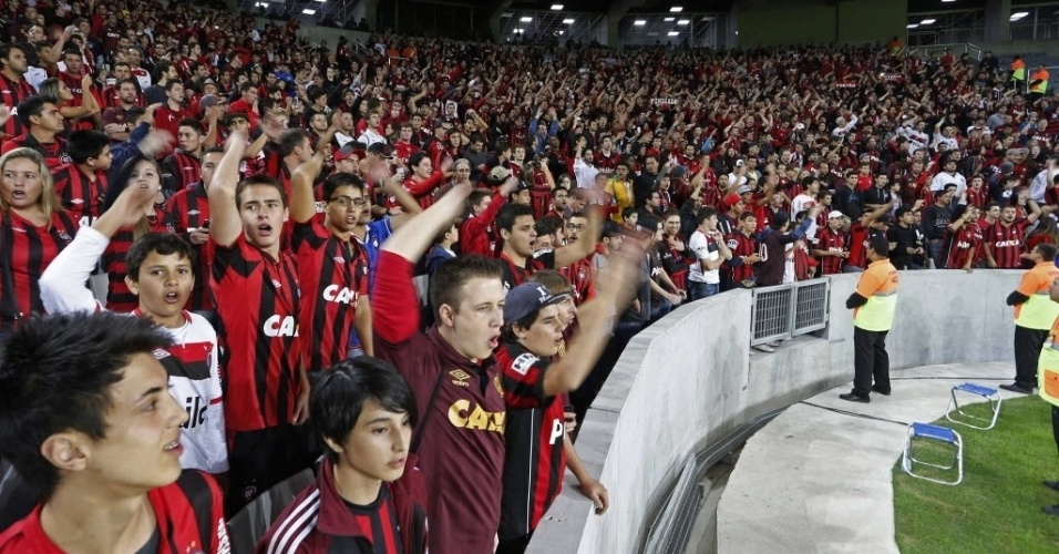14.mai.2014 - Torcida do Atlético-PR reclama durante o amistoso contra o Corinthians, na inauguração oficial da Arena da Baixada