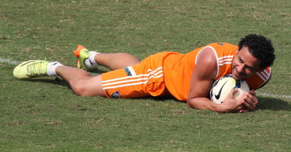 14.maio.2014 - Fred brinca como goleiro após treino do Fluminense nas Laranjeiras