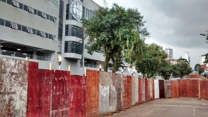 Apesar de teste, Arena da Baixada conta com tapumes no entorno